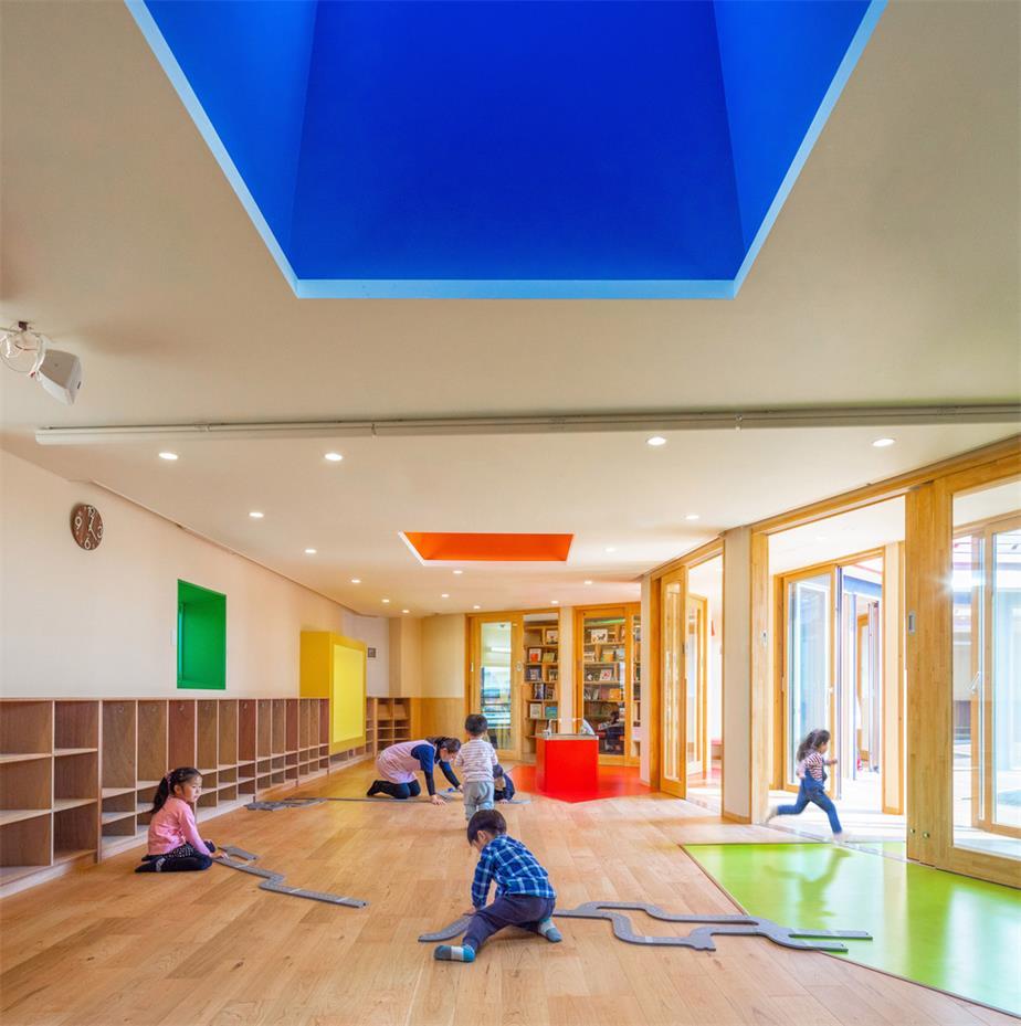 幼儿园彩色窗口和天花设计