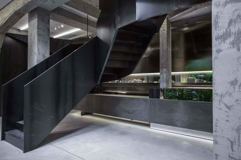 买手店黑色钢结构楼梯及扶手设计