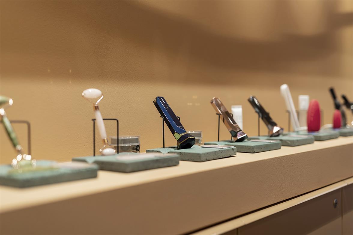 护理品零售店展示排列的商品场景