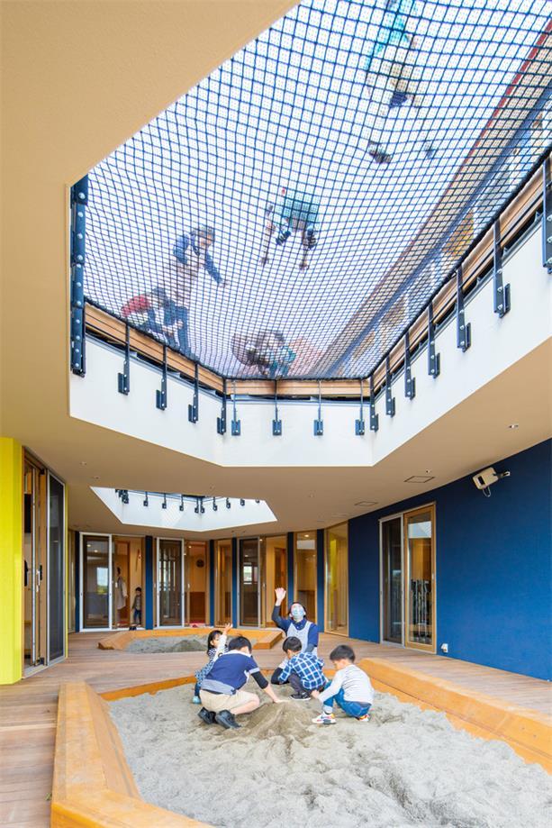 幼儿园网格天花和沙子玩乐区的结合设计