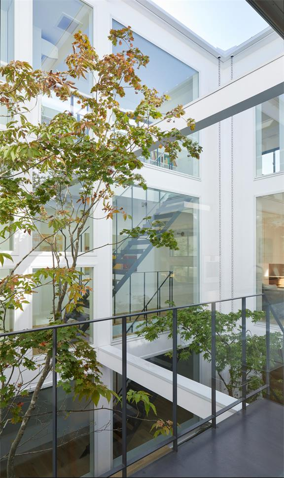 别墅庭院与室内连接的玻璃墙设计