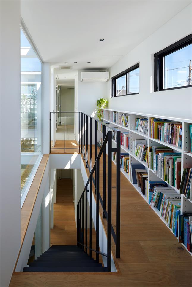 别墅楼梯过道书柜设计