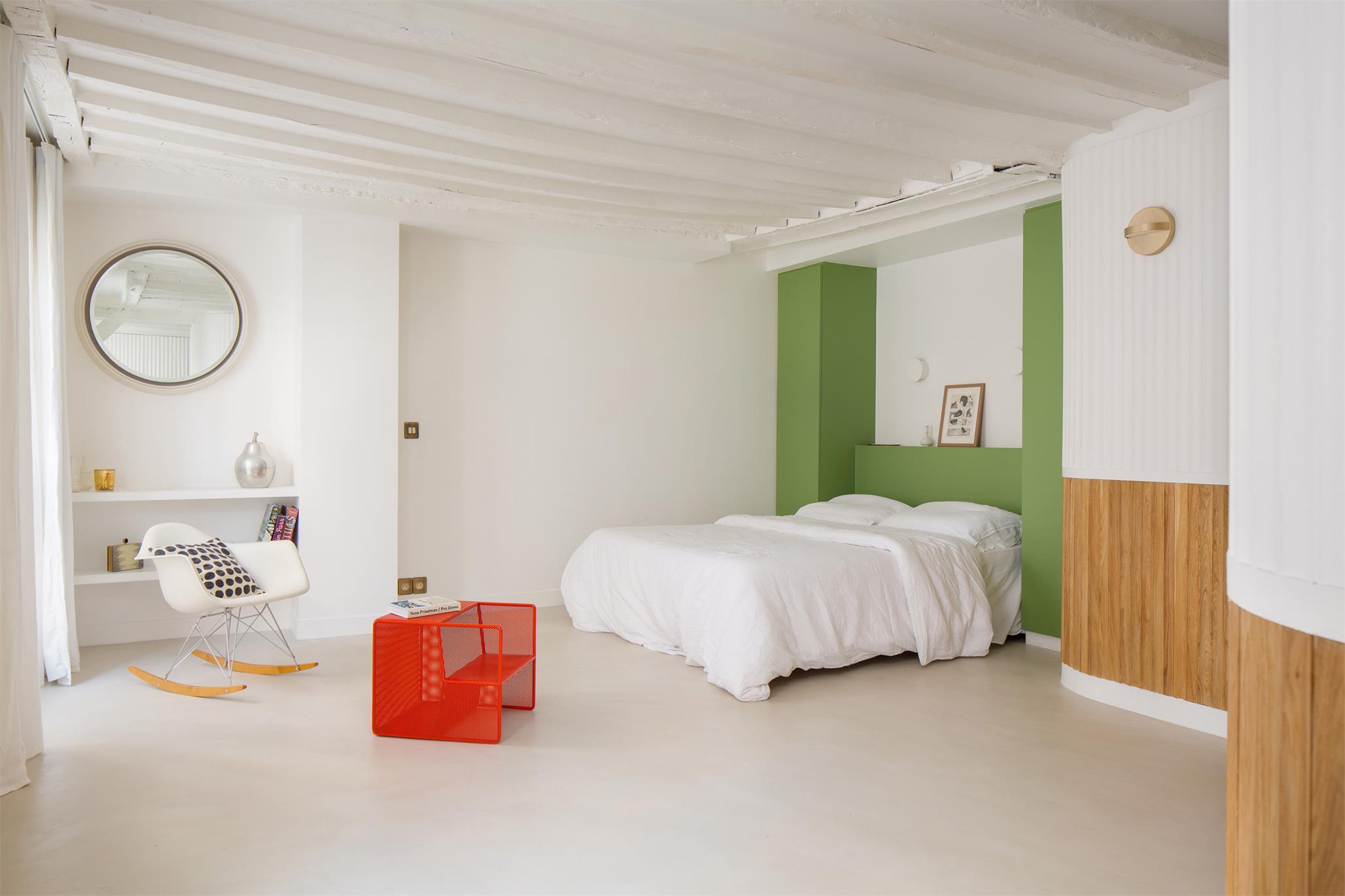 从过道望向小型公寓睡眠区的场景